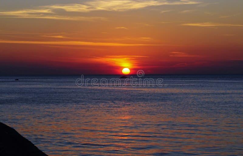 Por do sol bonito sobre o horizonte no mar em um navio de cruzeiros fotos de stock royalty free