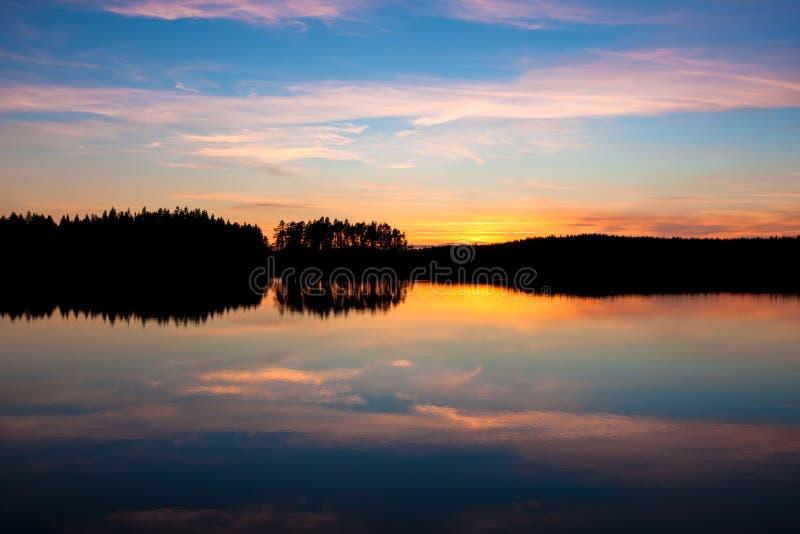 Por do sol bonito sobre o lago fotos de stock royalty free