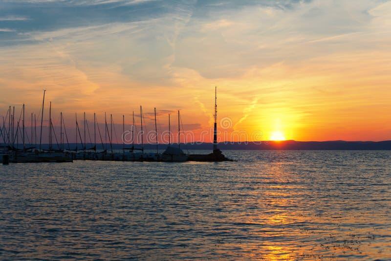 Por do sol bonito sobre o lago Balaton Siofok, Hungria imagens de stock