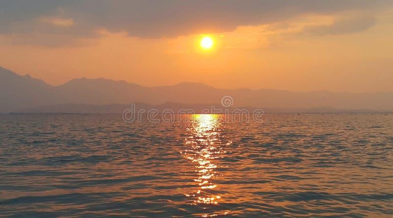 Por do sol bonito sobre o lago Phayao, Tailândia fotos de stock royalty free