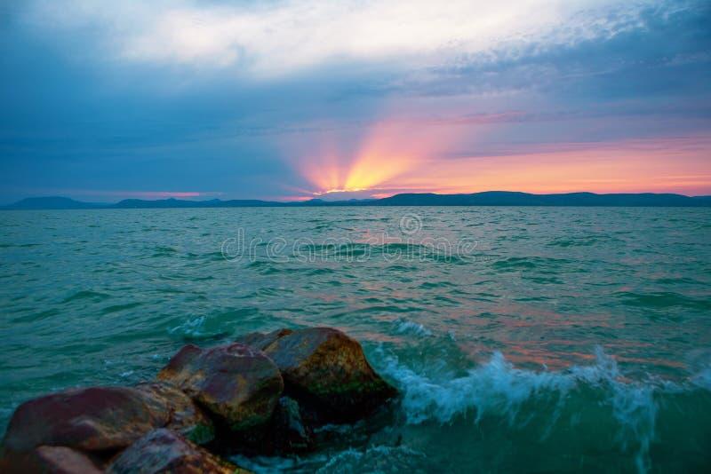 Por do sol bonito sobre o lago tormentoso Balaton fotos de stock