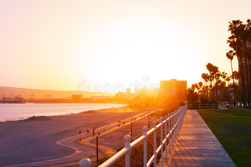 Por do sol bonito sobre o litoral de Long Beach foto de stock