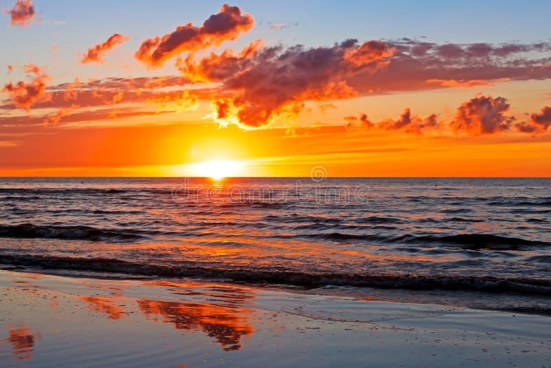 Por do sol bonito sobre o mar Báltico com nuvem e feixes, Jurmala Dzintari fotos de stock royalty free