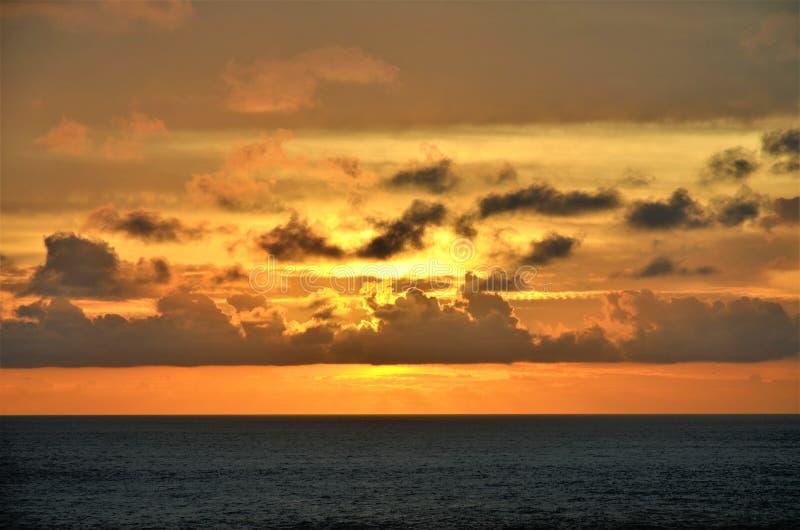 Por do sol bonito sobre o Oceano ?ndico imagem de stock