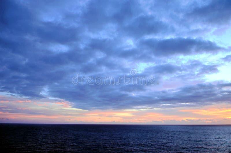 Por do sol bonito sobre o Oceano ?ndico fotos de stock