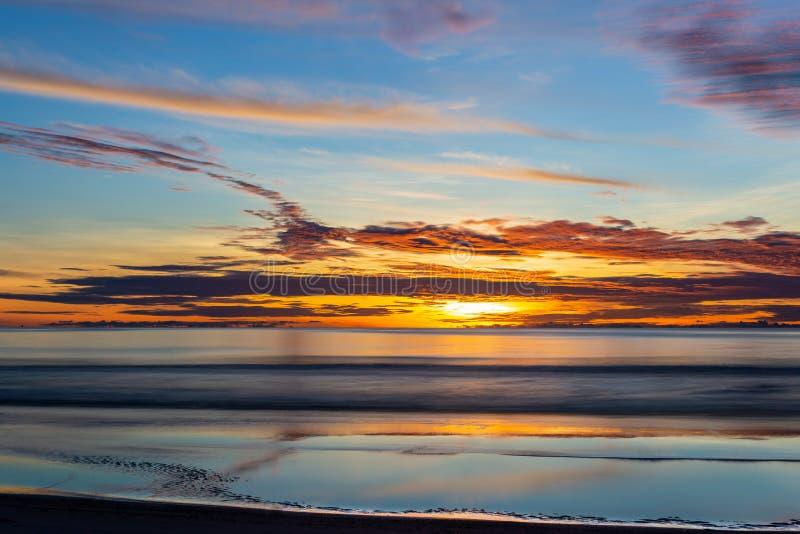 Por do sol bonito sobre o oceano no verão fotografia de stock