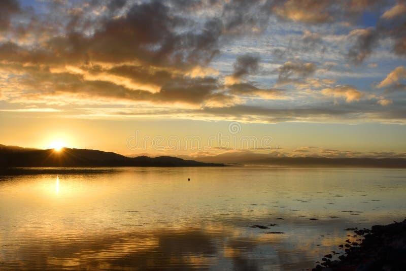 Por do sol bonito sobre o ponto de vista cênico das montanhas escocesas foto de stock