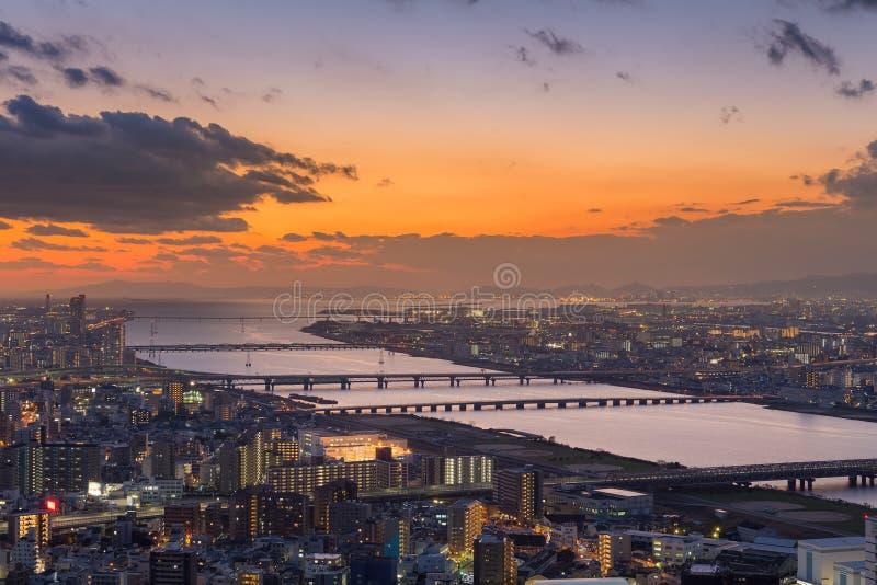 Por do sol bonito sobre o rio da cidade de Osaka fotos de stock royalty free