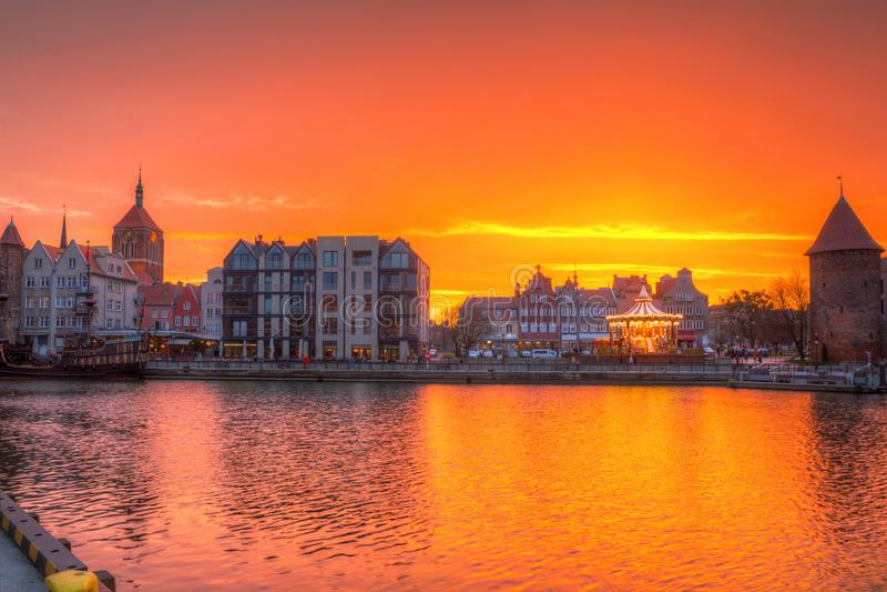 Por do sol bonito sobre o rio de Motlawa em Gdansk, Polônia imagem de stock