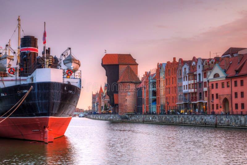 Por do sol bonito sobre o rio de Motlawa em Gdansk, Polônia fotos de stock royalty free
