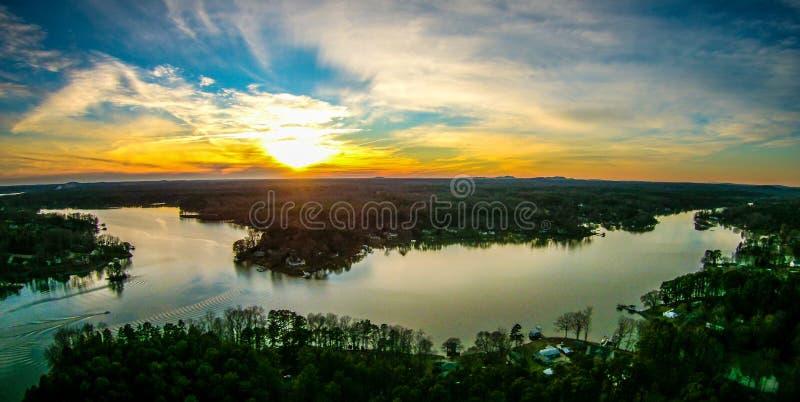 Por do sol bonito sobre o wylie South Carolina do lago imagens de stock royalty free