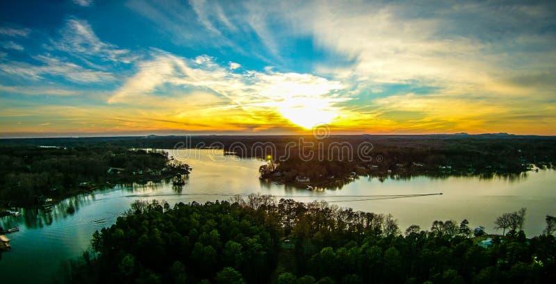 Por do sol bonito sobre o wylie South Carolina do lago imagem de stock royalty free
