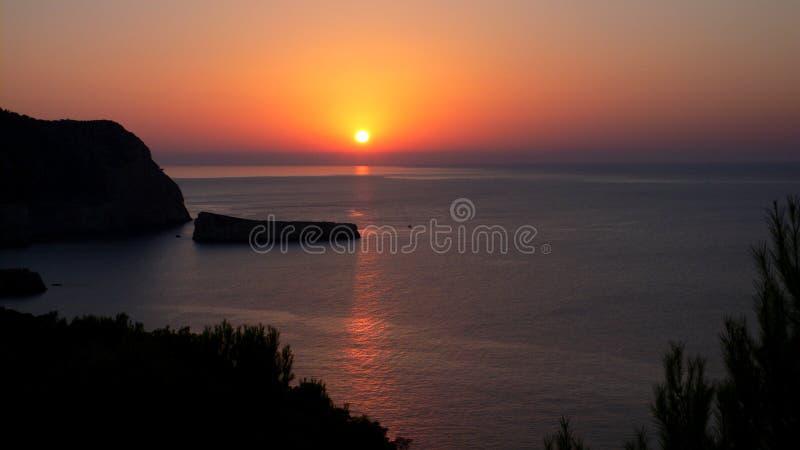 Por do sol bonito sobre a praia em uma noite quieta do verão, Ibiza de Beniras, Balearic Island, mar Mediterrâneo, Espanha imagens de stock royalty free