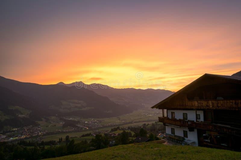 Por do sol bonito sobre um vale nos cumes europeus fotografia de stock royalty free