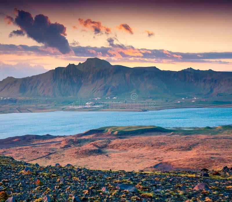 Por do sol bonito do verão na costa sul de Islândia, Kirkjufja imagem de stock
