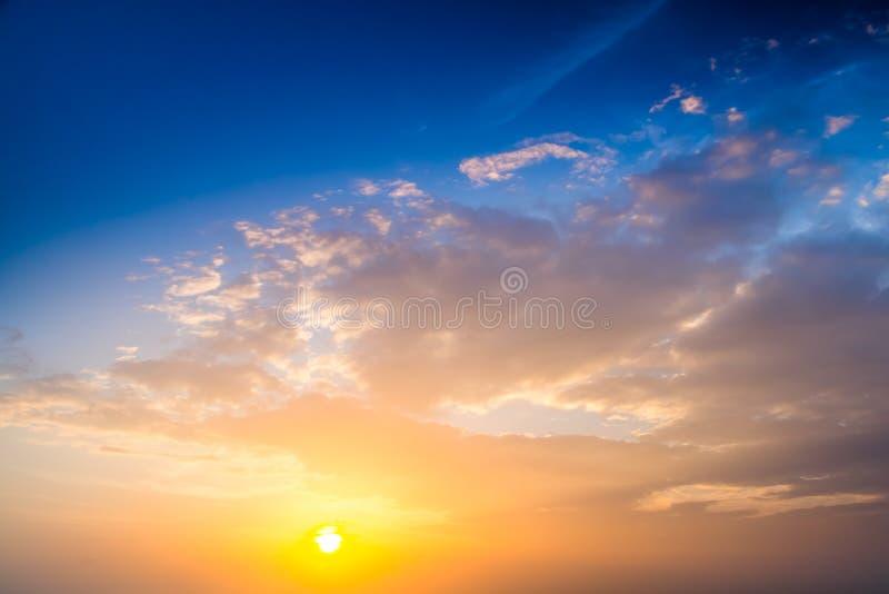 Por do sol Céu azul e nuvens foto de stock