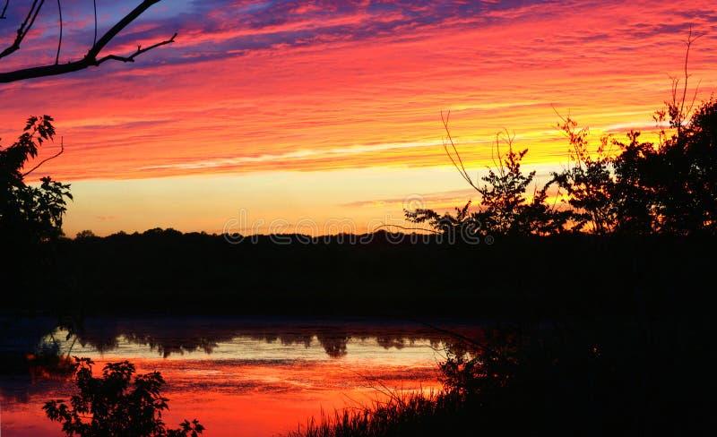 Por do sol - céu de queimadura fotografia de stock