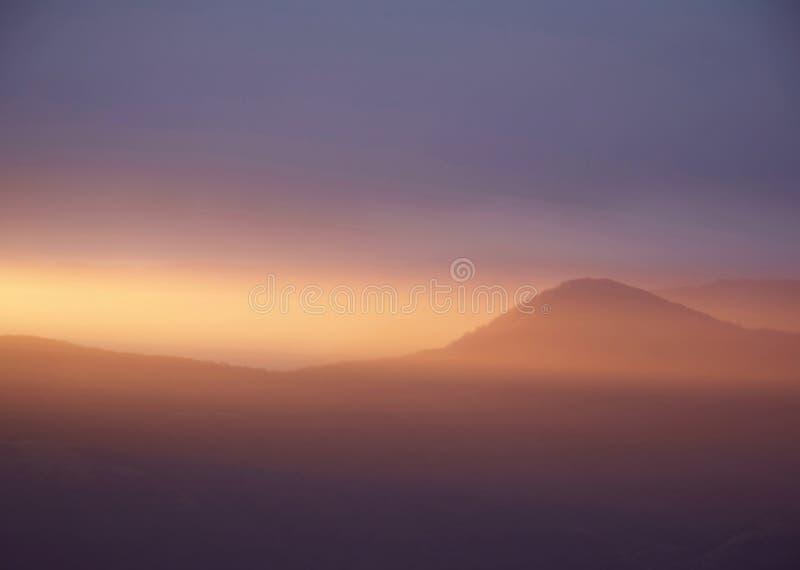 Por do sol calmo na montanha imagem de stock
