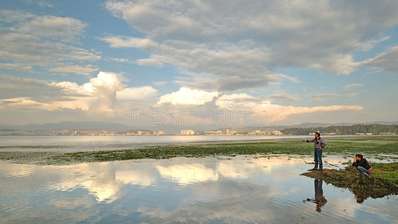 Por do sol China-bonito de Yunnan no lago Erhai foto de stock