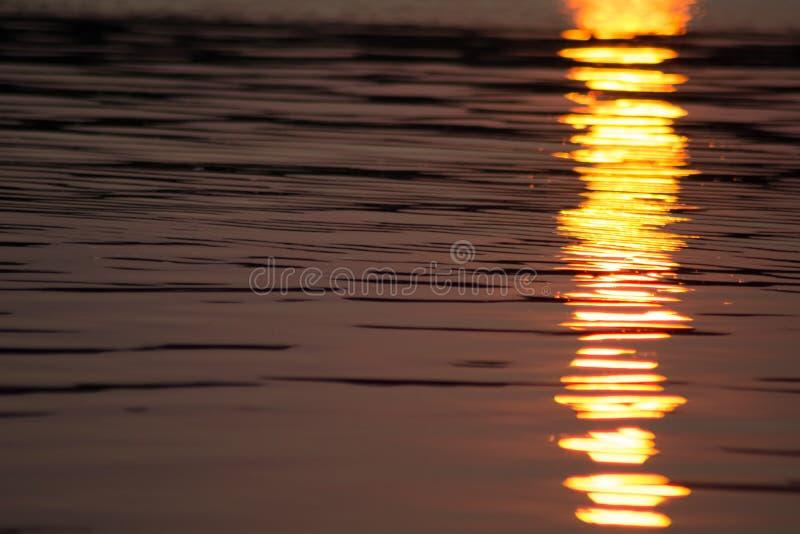 Por do sol cintilante na água do lago Canobie foto de stock