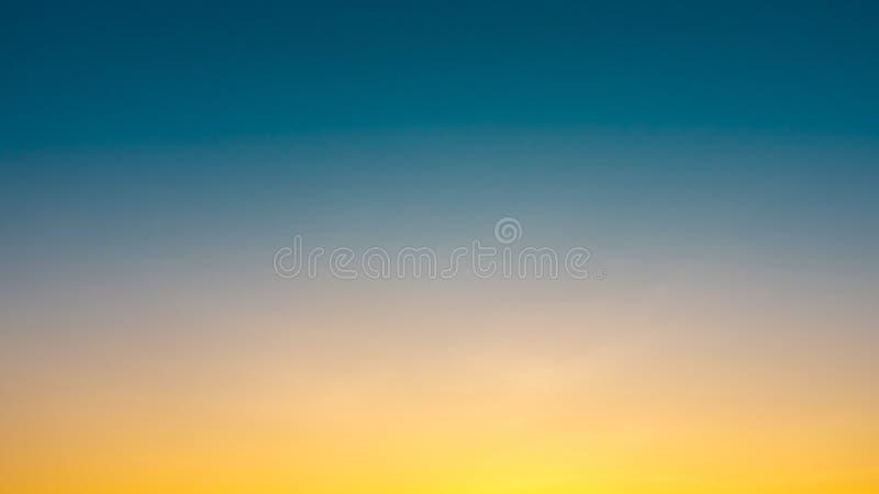 Por do sol claro no céu para o projeto do fundo e o resour gráfico foto de stock