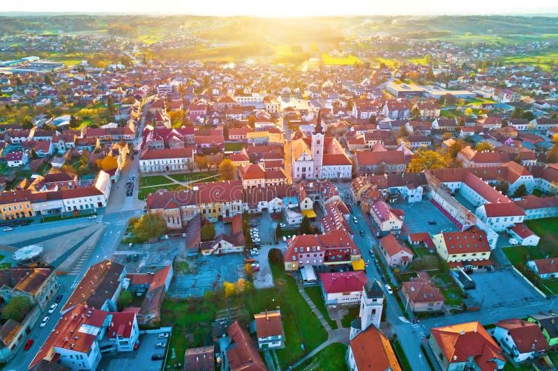 Por do sol colorido acima da cidade medieval da opinião aérea de Krizevci fotografia de stock