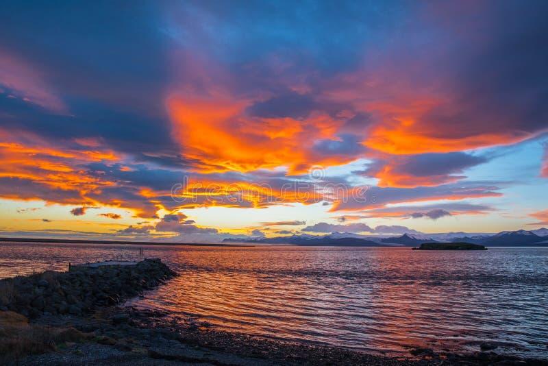 Por do sol colorido acima de Hornafjordur em Isl?ndia do sudeste fotografia de stock royalty free