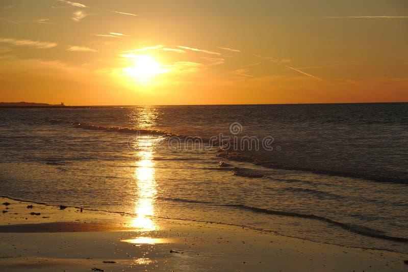 Por do sol colorido acima do oceano no margate fotografia de stock