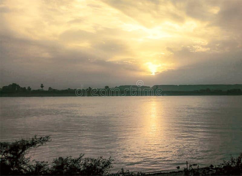 Por do sol colorido bonito sobre Nil Luxor, Egito fotografia de stock