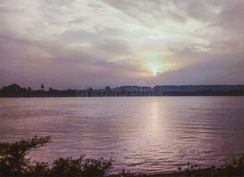 Por do sol colorido bonito sobre Nil Luxor, Egito fotos de stock