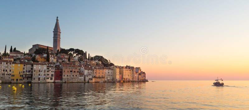 Por do sol colorido da cidade de Rovinj, porto de pesca croata na costa oeste da península de Istrian imagens de stock