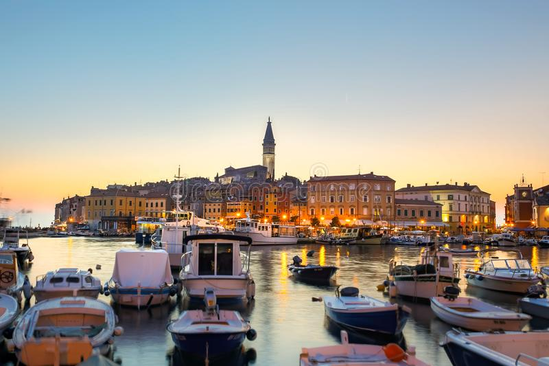 Por do sol colorido da cidade de Rovinj, porto de pesca croata na costa oeste da península de Istrian fotografia de stock