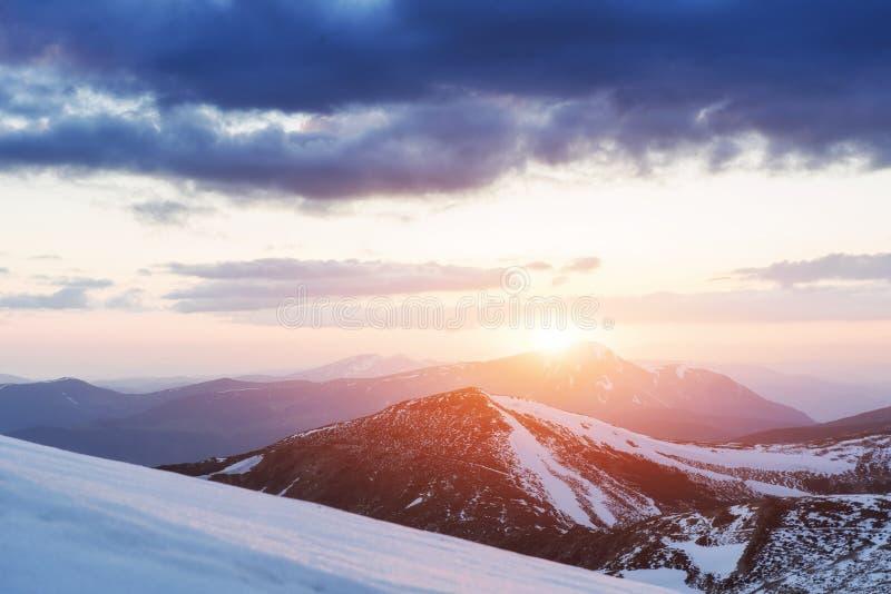 Por do sol colorido da mola sobre as cordilheiras no nacional fotografia de stock