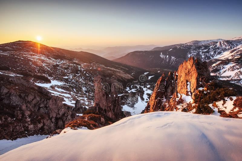 Por do sol colorido da mola sobre as cordilheiras no parque nacional Carpathians Ucrânia, Europa imagem de stock