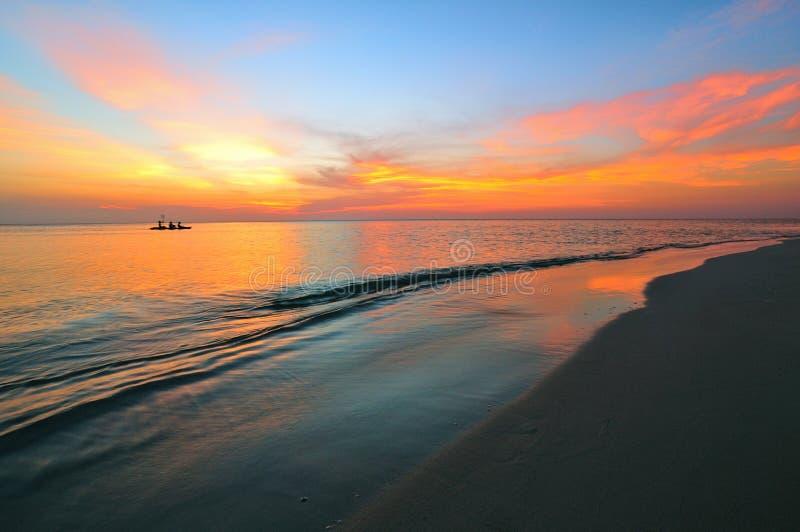 Por do sol colorido da praia foto de stock royalty free