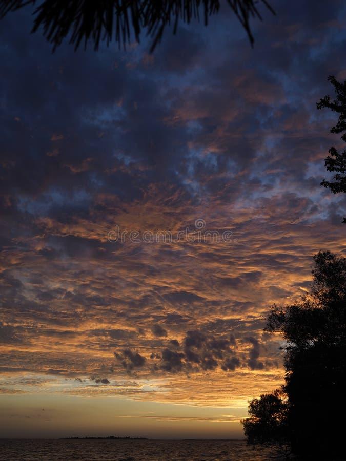 Por do sol colorido da queda fotografia de stock