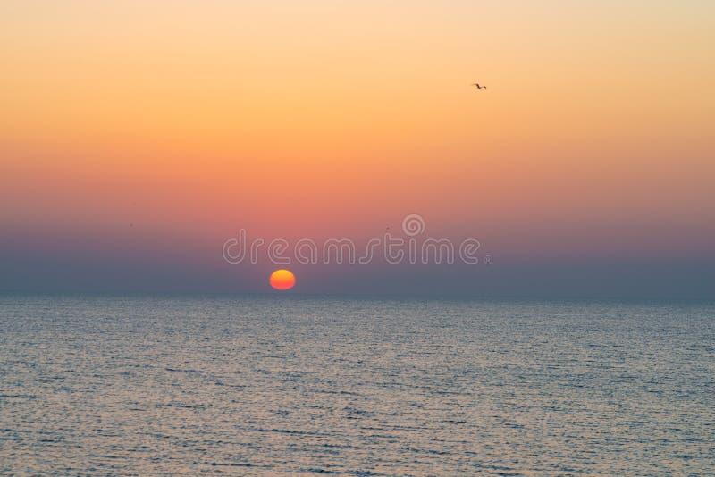 Por do sol colorido de surpresa sobre o mar fotografia de stock