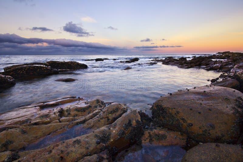 Por do sol colorido do oceano imagem de stock