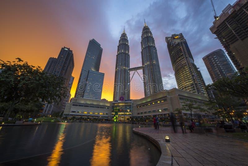 Por do sol colorido em torres gêmeas na noite, Kuala Lumpur de Petronas imagem de stock royalty free