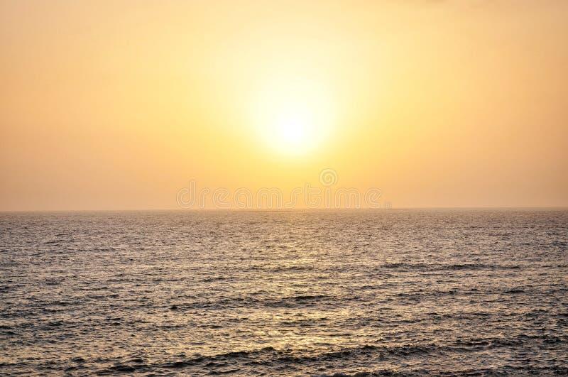Por do sol colorido fantástico sobre o Oceano Pacífico fotos de stock royalty free
