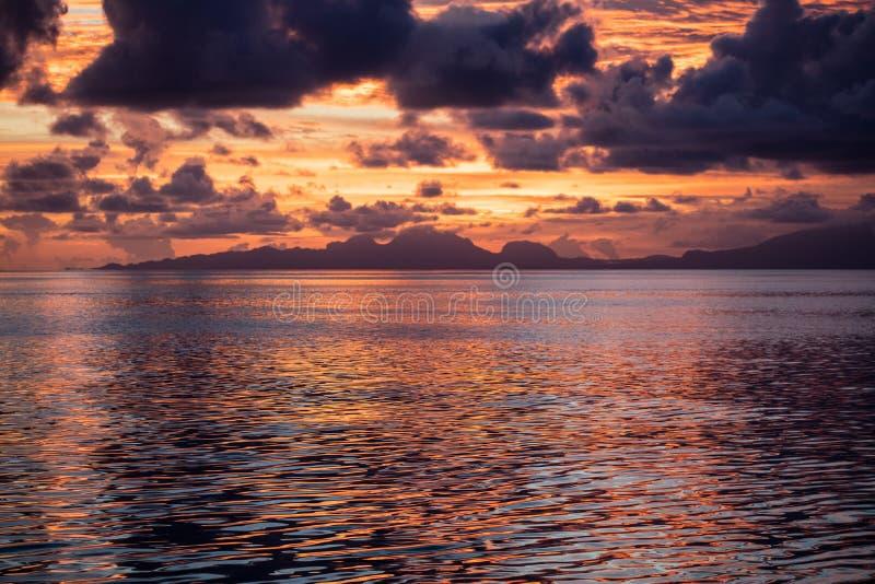 Por do sol colorido, mares calmos, e ilhas remotas em Raja Ampat foto de stock royalty free