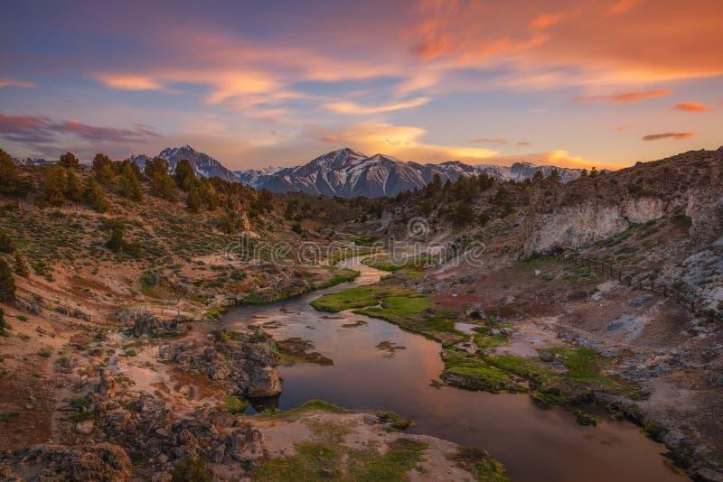 Por do sol colorido na angra quente em lagos gigantescos, Califórnia imagem de stock