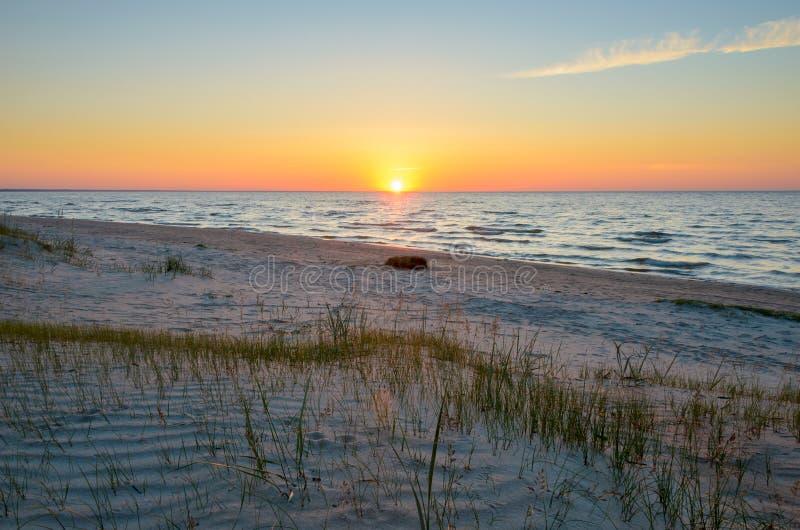 Por do sol colorido na costa de mar Báltico Letónia foto de stock royalty free
