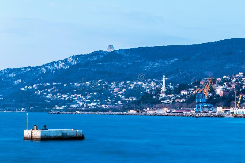 Por do sol colorido na frente da cidade de Trieste fotos de stock royalty free