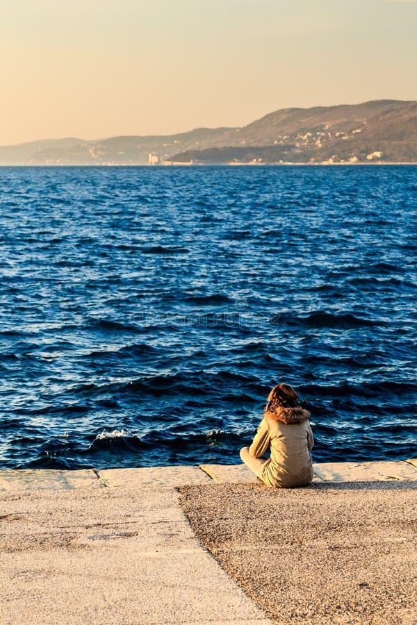 Por do sol colorido na frente da cidade de Trieste imagens de stock royalty free