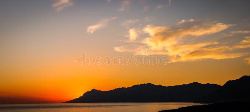 Por do sol colorido na obscuridade - laranja imagens de stock royalty free