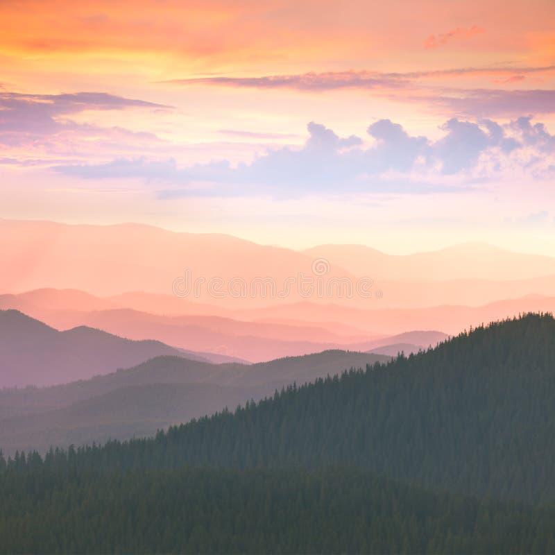 Por do sol colorido nas montanhas de Carpathians fotografia de stock royalty free