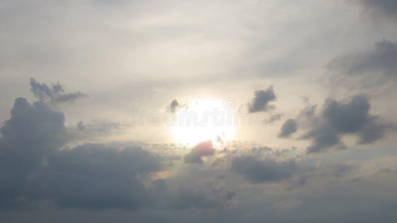 Por do sol colorido nebuloso do verão imagem de stock