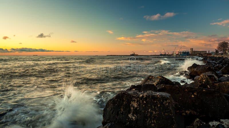 Por do sol colorido no Mar Negro, Poti, Geórgia imagem de stock