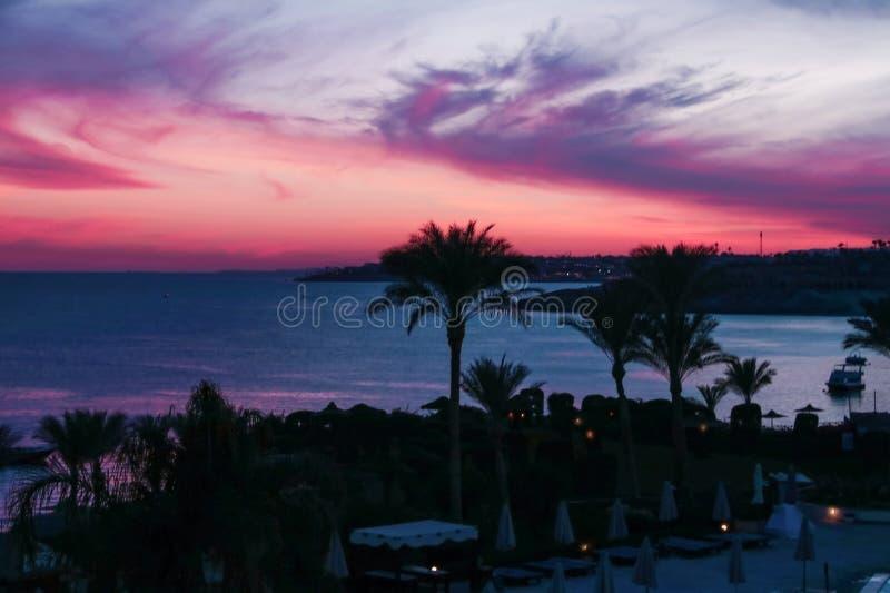 Por do sol colorido no Sharm el Sheikh sobre a estância balnear no Mar Vermelho foto de stock